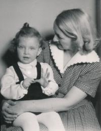 Kateřina Adámková s maminkou Ludmilou, počátek 50. let