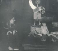 Propagační práce Alfréda Pokorného na výstavu v Lipsku. Kateřina Adámková vlevo, rok 1958