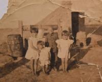 Sourozenci Hofmanovi při stavbě domu v roce 1931