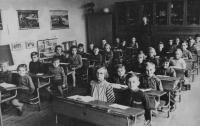 Dalibor Matějů (ve druhé lavici vedle chlapce v kostkované košili) v první třídě ZŠ v Moravských Branicích, 1954