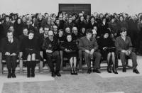 Pohřeb bratra Iva (úmrtí v následku popálenin při výbuchu brněnské teplárny), Dalibor Matějů úplně vpravo dole, 1975