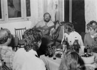 Oslava narozenin jednoho ze zaměstnanců školicího a výcvikového střediska JE Dukovany v Brně, Dalibor Matějů hraje na kytaru, 1987