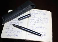 Poznámkový notes a oblíbené psací pero advokáta Milana Hulíka
