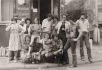 Lumír Aschenbrenner se spolužáky z gymnázia před hospodou Na Tvrzi v roce 1979