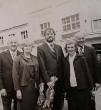 Maminka, babička a bratranci u příležitosti Lumírovy promoce roku 1985