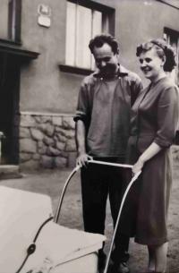 Maminka s tatínkem a malým Lumírem na Slovanech 25. července 1960