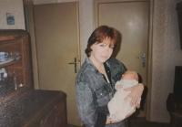 Manželka Lumíra Aschenbrennera s dcerkou v porodnici v roce 1993