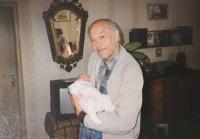 Tatínek Lumíra Aschenbrennera s jeho dcerkou v roce 1993
