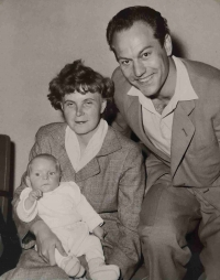 Maminka s tatínkem a malým Lumírem u příležitosti vítání občánků