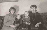 Zleva: maminka, Lumír, bratranec Bohouš a teta