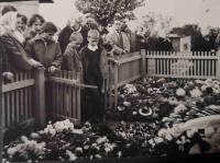 V Lánech u hrobu prezidenta Tomáše Garrigua Masaryka v roce 1968; malý Lumír Aschenbrenner stojí ve vrátkách
