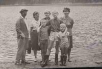 Malý Lumír Aschenbrenner s rodinou na Čertově jezeře