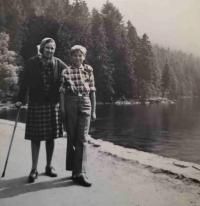 Malý Lumír Aschenbrenner s babičkou