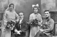 Otec František a matka Kristýna Vašákovi na fotografii vpravo