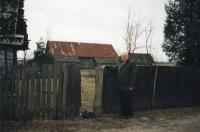Volodymyr Sereda u vchodu do  někdejšího domu své rodiny (rok 2003, Ljašky/Laszki)