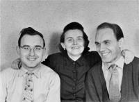 Oldřich Vašák na fotografii vpravo s matkou Kristýnou a bratrem Milanem