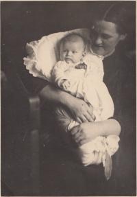 Novorozená Helena s maminkou, leden 1939