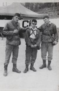 Karel Havelka (uprostřed) na vojně v roce 1971