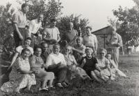 Oldřich Vašák na brigádě o žních s kolegy z rektorátu Masarykovy univerzity