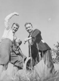 Otec František Vašák na fotografii vpravo