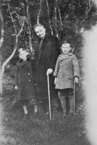 Oldřich Vašák na fotografii vlevo s otcem Františkem a bratrem Milanem