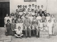 Oldřich Vašák v obecné škole v Moravském Krumlově na fotografii v horní řadě druhý zprava