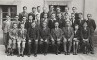 Oldřich Vašák se třídou na fotografii vpravo dole