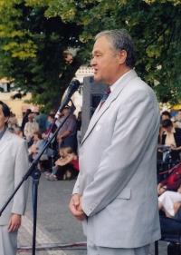 Bohuslav Fencl na vysokomýtském náměstí, 2004