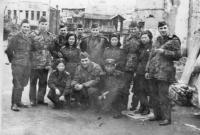 Českoslovenští vojáci na mírové misi v Koreji na fotce se severokorejskými vojáky