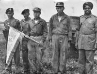 Fotografie kanadských, korejských a indických vojáků, kterou pořídili českoslovenští vojáci na mírové misi v Koreji