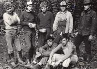Ladislav Hlavatý (první stojící zleva) na chmelu, 1965
