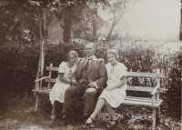 Zleva: teta Jiřina, dědeček Otakar a matka Helena (1925)