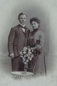 Dědeček Otakar s babičkou Antonií (1903)