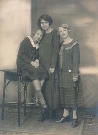 Teta Jiřina a matka Helena s vychovatelkou (20. léta)