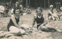 Matka Helena (vlevo) s kamarádkou, 20. léta