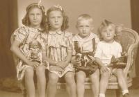 Vpravo Nikolaj Bělanský se svými sourozenci