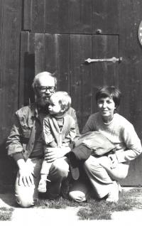 S manželem Antonínem Maněnou a synem Václavem, stodola na Hrádečku, cca 1982; Václav Havel byl tehdy ve vězení