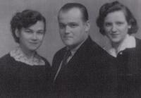S bratrem Bedřichem a sestrou Annou Marií (vpravo)