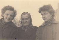 S matkou a sestrou Annou Marií (vlevo)