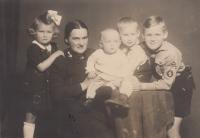 S maminkou a sourozenci, Helena zcela vlevo
