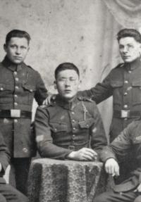 Otec Karel Novák (uprostřed) musel jít z Jugoslávie na vojnu do Čáslavi