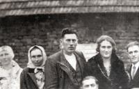 Uprostřed otec Karel a po jeho pravici matka Barbora Novákovi
