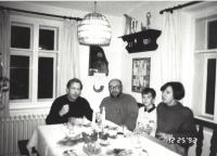 Václav Havel s Antonínem Maněnou, Vlastou Maněnovou a Václavem Maněnou, Hrádeček, konec 80. let
