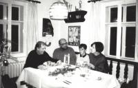 Václav Havel s Vlastou Maněnovou, Antonínem Maněnou a Václavem Maněnou, Hrádeček, konec 80. let