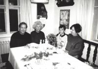 Václav Havel, Olga Havlová, Vlasta Maněnová a syn Václav Maněna, Hrádeček, konec 80. let
