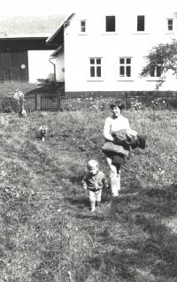 Se synem Václavem Maněnou (*1979), cca 1982; v té době byl Václav Havel ve vězení