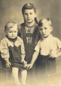 Marie, Anna a František Štroblovi (1943), foto, které měl u sebe Franz Strobl během služby u wehrmachtu