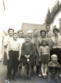 Návštěva tety Hildy Stroblové (1964), Pavel Štrobl vpravo vpředu, za ním jeho matka Marie Štroblová, vzadu čtvrtá zprava Viktorie, po její pravici Hilda