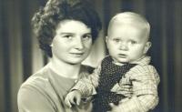 Pavel Štrobl s matkou Marií Štroblovou (1964)