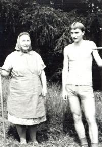 Pavel Štrobl s babičkou Viktorií na senách (poč. 80. let 20. stol.)